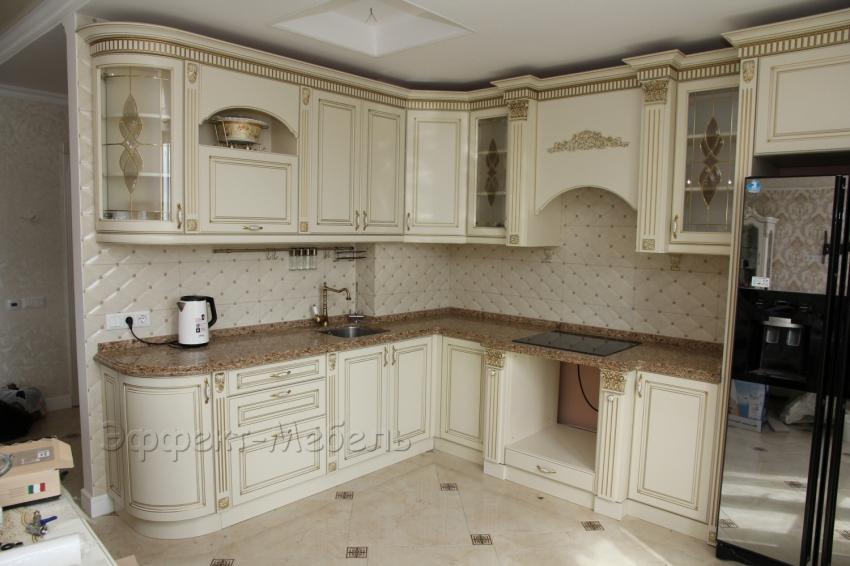 Кухня с фасадами из МДФ крашенного с патиной.