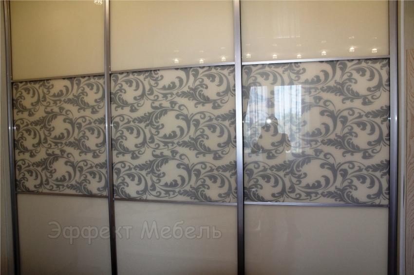 Шкаф-купе с дверьми из стекла крашеного.