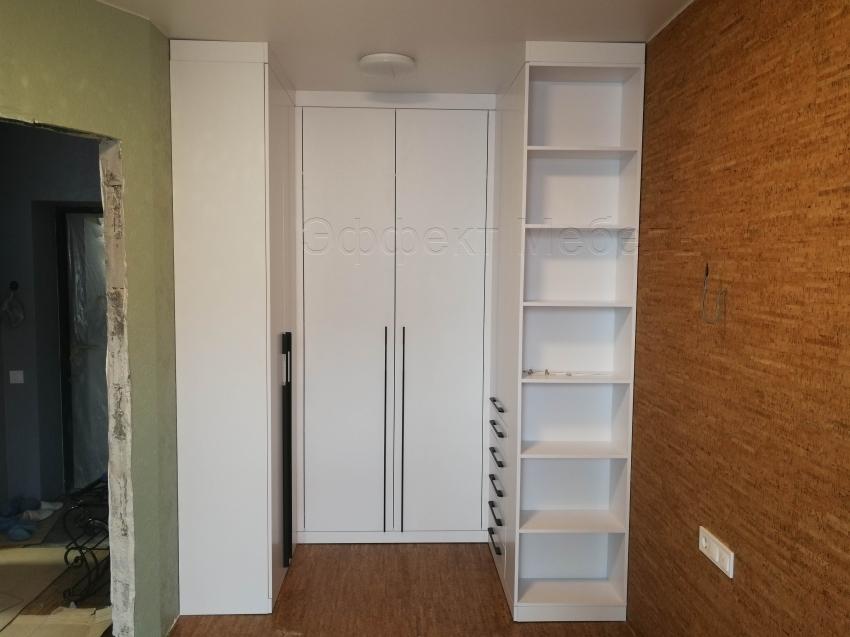 Шкафы в гардеробной.