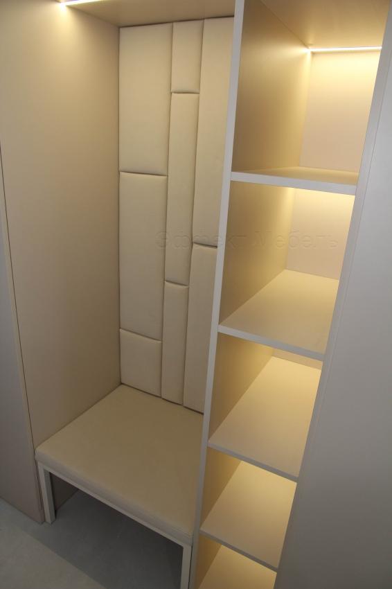 Прихожая со шкафом и мягким сиденьем.