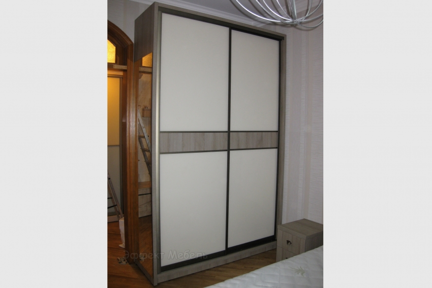 Шкаф-купе двери  ДСП со вставками.