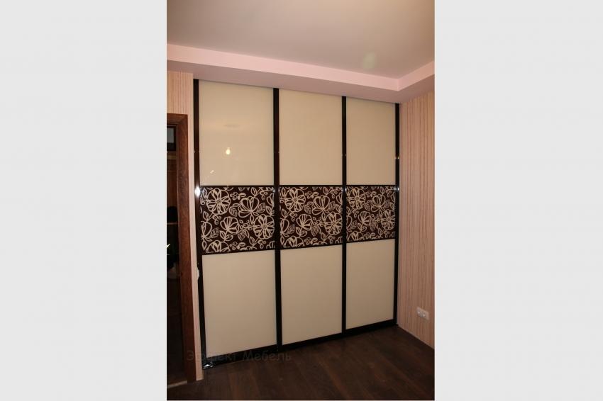 Гардеробная встроенная двери стекло крашеное