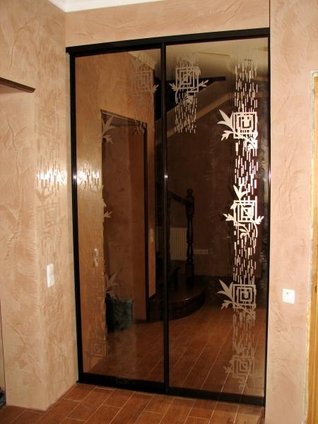 Двери в нише зеркало бронза с  рисунком