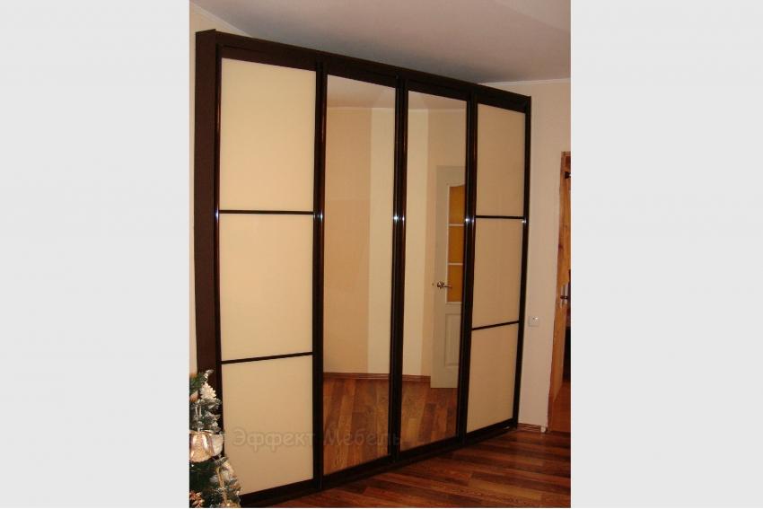 Двери складные из стекла и зеркала.