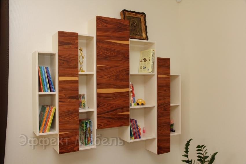 Полка для книг на стене.