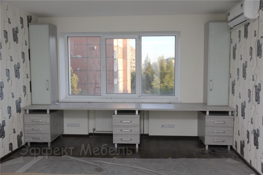 Стол у окна из ДСП EGGER