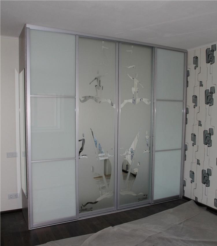 Шкаф купе с рисунком на дверях