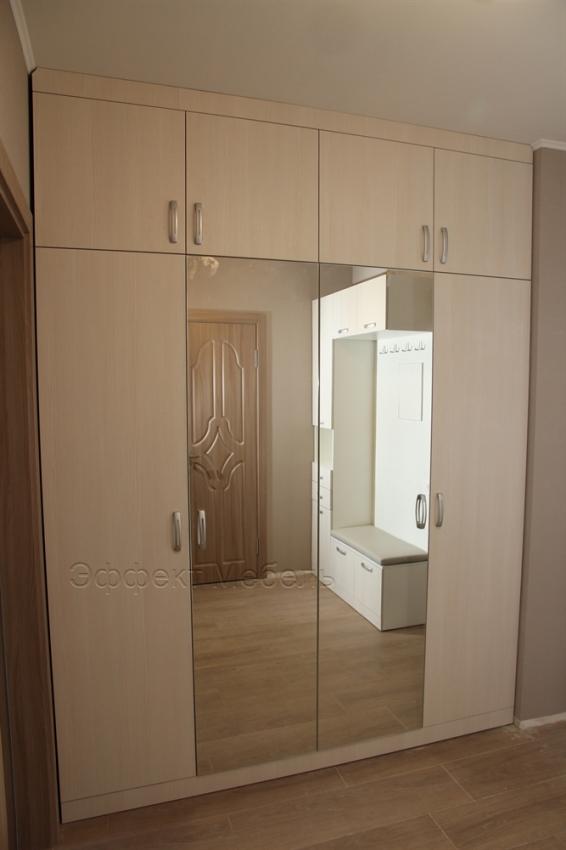 Шкаф с распашными дверьми.