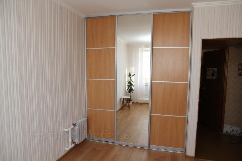 Гардеробная с раздвижными дверьми.
