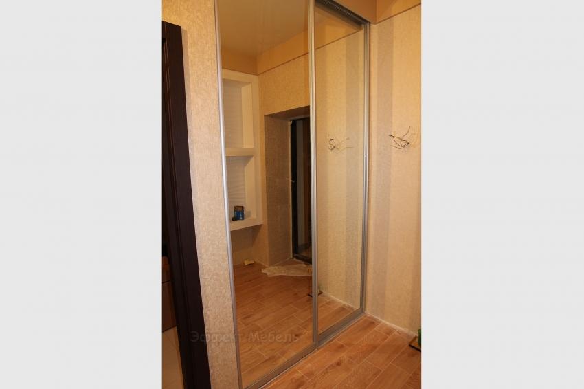 Шкаф купе встроенный, с зеркальными дверьми