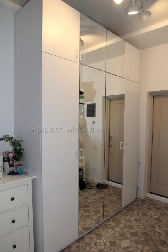 Шкаф в прихожей с зеркалом.