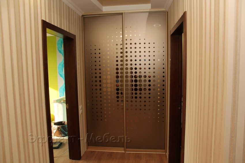 Гардеробная. Двери зеркало с рисунком.