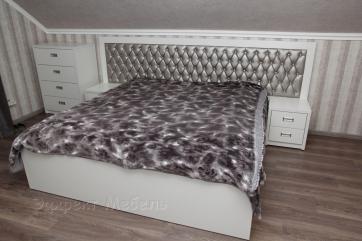 Кровать двухспальная с тумбочками и комодом