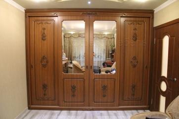 Шкаф купе с комодом из МДФ с декорами.