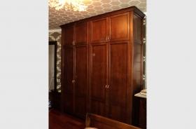 Шкаф в спальне из натурального дерева Ольха.