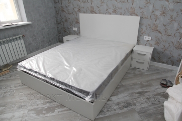 Кровать с подъёмным механизмом.