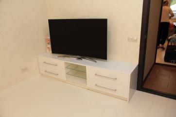 Тумба для ТВ из МДФ белого цвета.