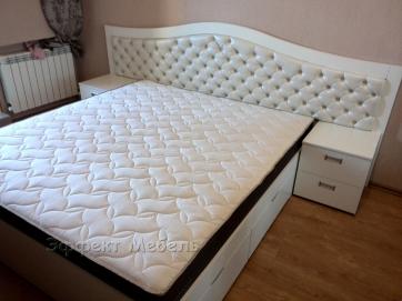 Кровать двухспальная с двумя тумбочками.