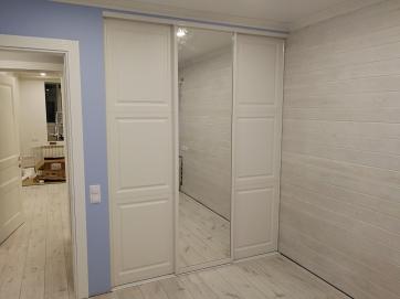 Гардеробная с раздвижными дверьми из МДФ