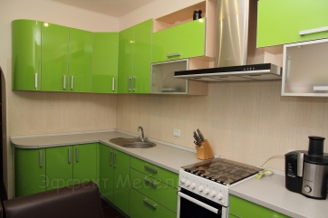 Кухня с фасадами пластик в алюминии