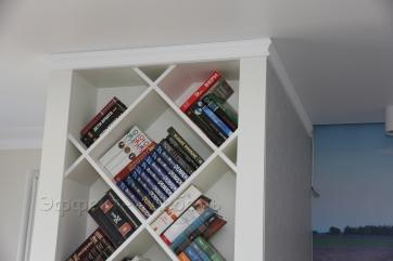Полки для книг в гостиной.
