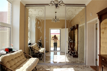 Шкаф-купе встроенный. Двери зеркало с рисунком.